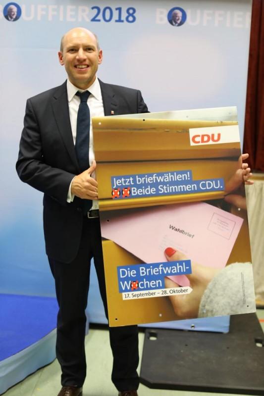 CDU-Generalsekretär Manfred Pentz mit dem Motiv des Briefwahlplakates der CDU Hessen!
